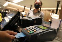 Khách hàng thanh toán bằng thẻ ngân hàng tại một nhà hàng trên đường An Dương Vương, Q.5, TP.HCM - Ảnh: NGỌC PHƯỢNG